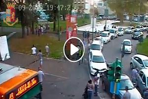 Marocchino accoltella padre che passeggia con i figli