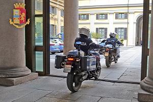 Poliziotti liberano bambina rimasta chiusa in casa agenti motociclisti nibbio