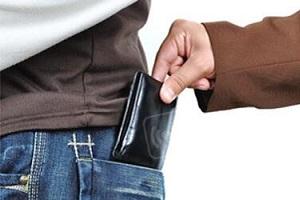 borseggiatore, borseggiatrici Due bulgare borseggiano anziano