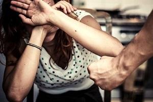 Rientra ubriaco e picchia la moglie violenza domestica Prende la moglie a sediate
