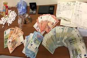 Ieri pomeriggio a Milano la Polizia di stato ha arrestato due cittadini marocchini (E.M.S. del 1995 e N.M. del 1982) B.I., italiano del 1975, e D.A.M., italiana 62enne, per spaccio di sostanza stupefacente e ha sequestrato 108 grammi di cocaina, 17 grammi di hashish, 2 bilancini di precisione, 1.510 euro e appunti relativi alla documentazione dell'attività illecita. Nell'ambito dei servizi predisposti al fine di contrastare lo spaccio di droga e i fenomeni di microcriminalità nella zona Bonola, gli agenti ieri hanno effettuato un servizio di osservazione nei pressi di un vialetto pedonale di via Bolla quando è giunta una vettura a noleggio, guidata dall'italiano 49enne, a bordo del quale si trovava E.M.S. Una volta fermatisi, si è avvicinato a piedi un uomo che ha effettuato uno scambio di materiale con i due. Intervenuti immediatamente, i poliziotti sono riusciti a fermare sia l'acquirente che gli occupanti dell'auto che, alla loro vista, avevano tentato la fuga uno a piedi (E.M.S., trovato poi in possesso di 1.510 euro ed un grammo e mezzo di hashish) e l'altro in auto. Nel corso della successiva perquisizione domiciliare nella casa del cittadino marocchino 25enne, abitazione di proprietà della donna di 62 anni, i poliziotti hanno trovato la stessa intenta a consumare cocaina mentre l'altro cittadino marocchino, N.M. di 37 anni, seduto in soggiorno, aveva in tasca 20 bustine di cellophane, ciascuna del peso di circa 0,4-0,5 grammi già confezionate e termosaldate, pronte per la vendita al dettaglio, contenenti sostanza che reagiva positivamente al narcotest per cocaina. Occultate dietro un calorifero, gli agenti del Commissariato Bonola hanno rinvenuto e sequestrato ulteriori 104 bustine di cocaina per un totale, quindi, di 125 bustine del peso di grammi 55. Sempre dietro il calorifero, ma non confezionata , era nascosta altra cocaina in 6 sacchetti di cellophane dal peso di grammi 53 circa, per un totale, pertanto, di 108 grammi di cocaina rinvenuta e sequestrata 
