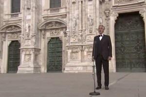 Bocelli canta in un Duomo deserto