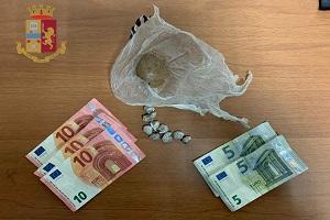 Nascondeva la droga lungo i binari dello scalo Romana, arrestato