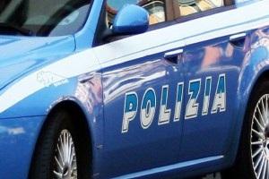 """Due arresti per furti in supermercati Un arresto per spaccio in via Uccelli di Nemi Tre arresti per spaccio di cocaina ed eroina In tre derubano un uomo e scappano arrestati Sabato 9 maggio, invece, gli agenti della Squadra Mobile hanno arrestato un cittadino marocchino di 20 anni per detenzione di eroina. I poliziotti avevano notato alcuni tossicodipendenti che, da Corso Lodi, si stavano portando presso l'ex scalo ferroviario di """"Scalo Romana"""" e avevano raggiunto una strada sterrata parallela a Viale Isonzo. Gli agenti in abiti civili si sono accodati ai tossicodipendenti che erano in attesa di acquistare le dosi fino a quando si sono trovati davanti al ragazzo marocchino che, nascosto dietro un cespuglio, stava pesando e vendendo eroina. Immediatamente fermato, nella mano sinistra, lo spacciatore aveva 28 involucri di eroina per un peso totale di circa 30 gr pronti per essere venduti. Il pusher, senza fissa dimora e irregolare sul territorio nazionale, è stato arrestato. Arrestato pusher al Parco delle Favole Minaccia con un coltello la madre e il fratello, arrestata Arrestato in casa con due etti di hashish Arrestato cileno ricercato per omicidio Trafficante marocchino arrestato in Lorenteggio Arrestati tre giovani per spaccio Arrestato egiziano con 2 panetti di hashish in tasca Arrestati due marocchini per spaccio in zona Mecenate Due arresti per droga in viale Monza e Porta Romana Fine settimana di arresti per detenzione e spaccio Gambiano e italiano arrestati per spaccio Molestò bimba su filobus, arrestato salvadoregno arrestato pusher tunisino Arrestati tre giovani rapinatori egiziani rapina aggravata Due arresti per furti in un'auto Marocchino e rumeno arrestati per droga Due marocchini arrestati per spaccio e resistenza a pubblico ufficiale Viale Monza un arresto per detenzione di stupefacenti ai fini di spaccio Arrestato affiliato a clan arrestati due fratelli marocchini Pusher perde una scarpa Rissa fra filippini Tre immigrati arrestati per spaccio e furt"""