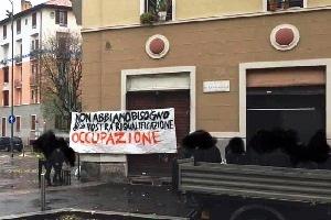 Occupazione lampo degli anarchici in piazzale Ferrara