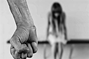 Marocchino picchia e cosparge benzina la compagna Eritreo arrestato per violenza sessuale Boliviano arrestato per stupro Boliviano arrestato per stupro Cinese picchia moglie e figli, arrestato Manda fidanzata in ospedale, arrestato Abusi su minorenne violenza Ex pugile marocchino arrestato per stuprodomestica