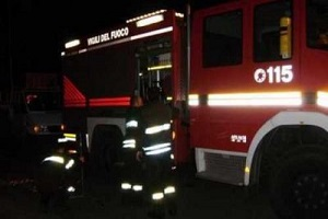 vigili del fuoco, pompieri Incendio in caseggiato Aler, due feriti