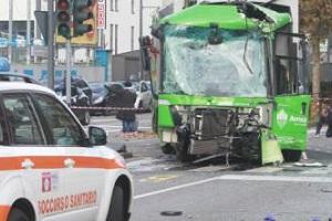 Morta la donna in coma dopo incidente fra Filobus e camion AMSA