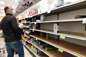 Code nei supermarket, molti scaffali vuoti