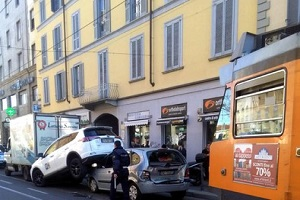 Tram tampona auto in corso San Gottardo