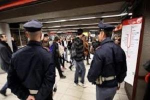 polmetro Palpeggia turista sulla Metro, arrestato
