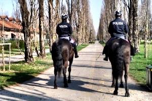 Polizia a cavallo ferma cinque trasgressori dei divieti