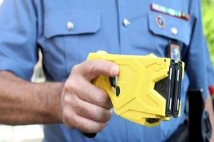 Spacciatore gambiano aggredisce agenti, fermato con il taser Sardone (Lega): taser strumento necessario anche ai vigili Pirellone: Polizia usa il taser per fermare aspirante suicida