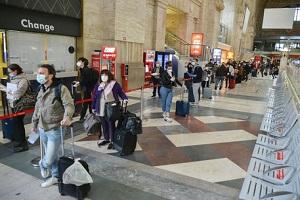 Un centinaio di persone partono per Napoli