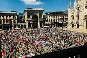 Non più di 5.000 persone in tre manifestazioni. Gli anarchici vandalizzano banche e muri di via Padova