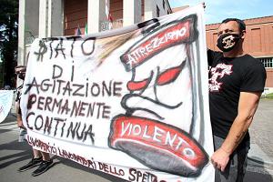 I lavoratori dello spettacolo manifestano davanti alla Triennale