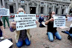 Ristoratori in ginocchio in piazza Scala