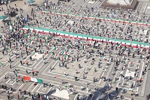 Centrodestra ordinatamente in Duomo per contestare il Governo