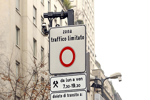 Sciopero dei mezzi e zona rossa, ma il comune non spegne Area C Lunedì ripartono Area C e sosta a pagamento