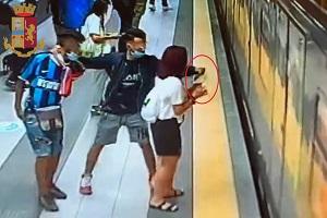 Due marocchini arrestati dopo scippo in metropolitana