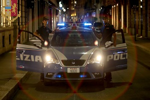 In 9 rapinano e aggrediscono una coppia, arrestati
