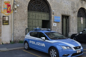 Finge un incidente e deruba un anziano