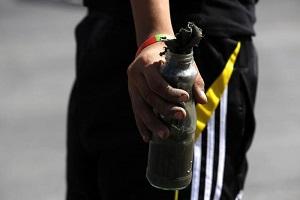 Arrestato dopo essersi ustionato lanciando una molotov