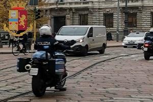 Spacciatori marocchini resistono all'arresto mentre uno ingoia cocaina