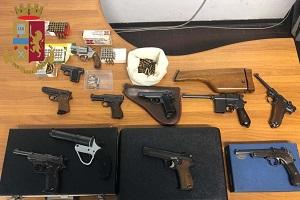 Aveva 11 pistole e più di 200 proiettili in casa