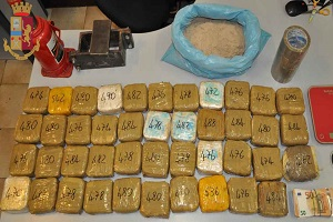 Albanese nascondeva in casa 21 kg di eroina