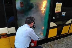 Incendiato distributore gel su un tram