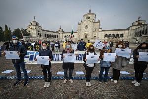 Lavoratori dello sport protestano in Duomo e al Cimitero Maggiore