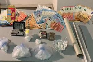 Arrestato mentre acquista droga travestito da donna
