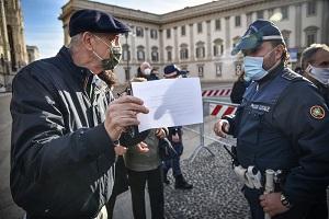 Anziani in coda per vaccinarsi in Duomo