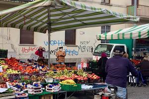 Sequestrati due banchi abusivi di frutta e verdura