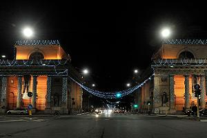La città si illumina nel segno della sobrietà e della speranza