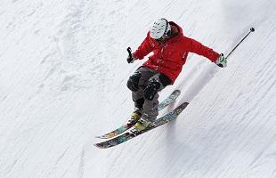 la regione delle Olimpiadi 2026 si schianta sugli sci