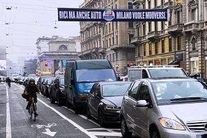 Ciclabili: striscione fraintendibile di Forza Italia e Maran ringrazia