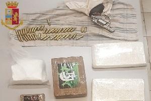 Sequestrati 3,7 kg di cocaina, contanti e due pistole clandestine
