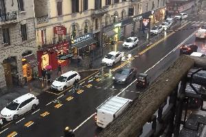 Fratelli d'Italia: taxi costretti sui marciapedi da una ciclabile inutilizzata