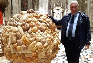Il globo di pane della solidarietà sull'altare di Sant'Eustorgio