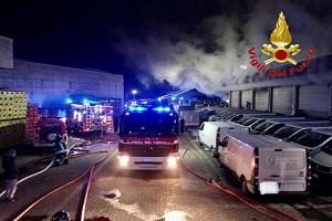 Incendio di fronte a sede Amazon