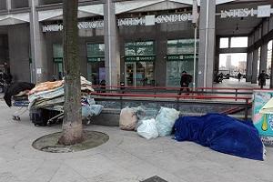 Clochard muore di freddo con 100.000 euro in banca