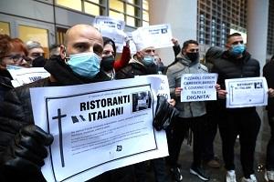Protesta dei ristoratori davanti a Regione Lombardia
