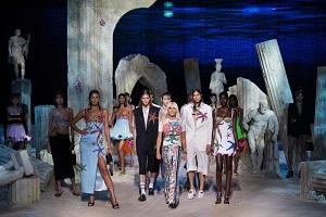 Versace sfila fuori dalla settimana della donna