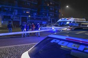 Aggredisce passanti e agenti con un coltello: ucciso