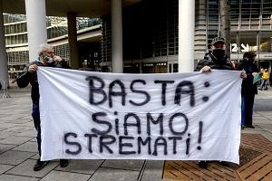 Protesta dei ristoratori fuori da Palazzo Lombardia