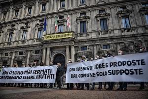 Manifestazione dei tassisti in piazza della Scala