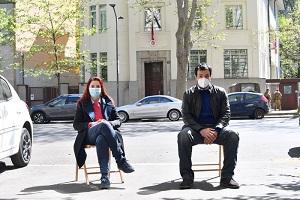 Esponenti del Pd protestano seduti davanti al consolato turco