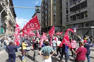 Corteo lavoratori Fedex blocca Piazza Tricolore